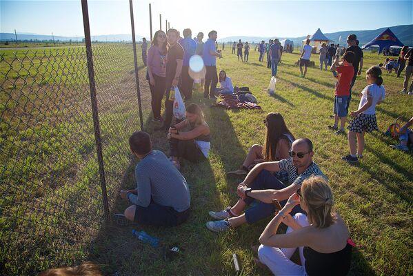 Более двух тысяч гостей авиафестиваля, среди которых были жители столицы Грузии и туристы, наблюдали за проведением Fly Fest Georgia в Натахтари - Sputnik Грузия