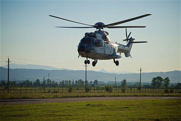 Премьер-министр Грузии Георгий Квирикашвили прибыл на аэродром Натахтари, чтобы понаблюдать за авиафестивалем, на вертолете Super Puma, который тоже привлек к себе большое внимание зрителей - Sputnik Грузия