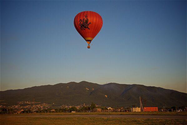 ... и на воздушном шаре, который подготовили к полету там же на аэродроме, в присутствии зрителей - Sputnik Грузия