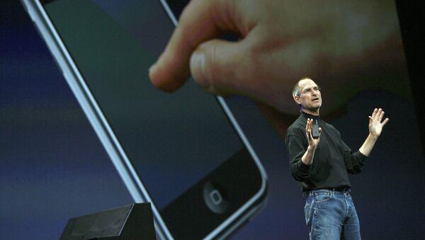 Исполнительный директор Apple Стив Джобс представляет новый мобильный телефон, который также можно использовать в качестве цифрового музыкального плеера и камеры, долгожданное устройство, получившее название «iPhone», на конференции Macworld 09 января 2007 года в Сан-Франциско, штат Калифорния. IPhone будет ультратонким - толщиной менее 1,3 см, с интернет-возможностями и MP3-плеером, а также с двумя мегапиксельными цифровыми камерами, сказал Джобс - Sputnik Грузия