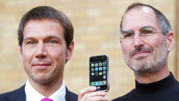 Директор T-Mobile Рене Оберманн (слева) и директор Apple, создатель iPhone, Стив Джобс позируют с iPhone на пресс-конференции в Берлине 19 сентября 2007 года - Sputnik Грузия