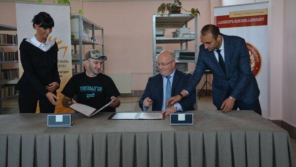 Меморандум о сотрудничестве подписан директором библиотеки Георгием Кекелидзе и министром обороны Грузии Леваном Изория - Sputnik Грузия