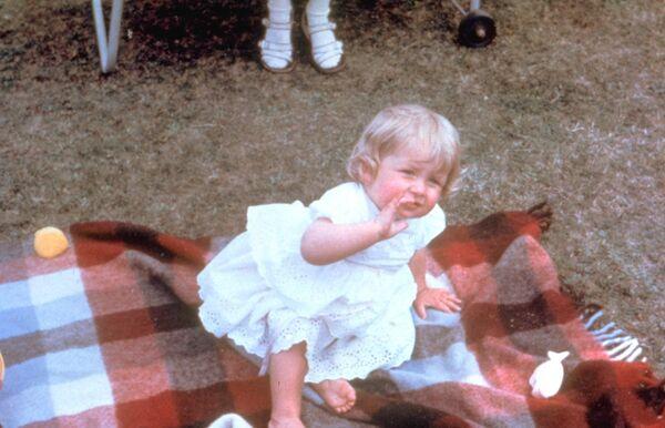 Диана Спенсер родилась 1 июля 1961 в Сандрингеме, Норфолк. Предки Дианы по отцовской линии были носителями королевской крови через незаконнорождённых сыновей короля Карла II и незаконнорождённую дочь его брата и преемника, короля Якова II - Sputnik Грузия