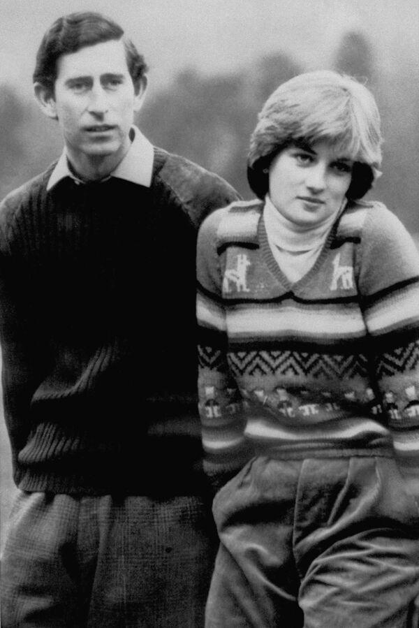 Зимой 1977 года, перед тем как уехать на обучение, она впервые встретила будущего мужа — принца Чарльза, — когда тот приезжает в Элторп на охоту. На фото - Принц Чарльз и Диана Спенсер во время шотландских каникул в 1981 году - Sputnik Грузия