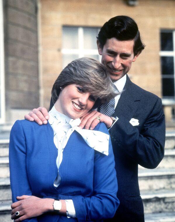 К моменту второй встречи принцу Чарльзу исполнилось 32 года, у него в арсенале числилось внушительное количество романов, а самое главное и самое неприятное для монаршего семейства – у королевского отпрыска имелась любовница, Камилла. Наследного принца Чарльза решено было женить на Диане. На фото - принц Чарльз и леди Диана Спенсер после объявления о помолвке, 1981 - Sputnik Грузия