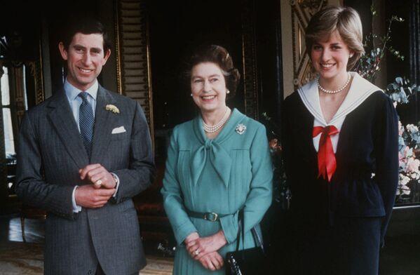 Кандидатура Дианы Спенсер в качестве будущей супруги принца была одобрена мгновенно, причем не только родителями жениха, но и самой Камиллой, с которой Чарльз расставаться не собирался. На фото - леди Диана Спенсер, принц Чарльз и Королева Елизавета II в Букингемском дворце - Sputnik Грузия