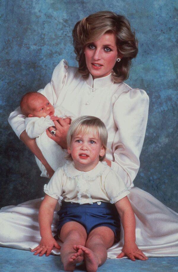 После рождения принца Гарри поползли первые слухи о проблемах в королевской семье. Во-первых, довольно быстро выяснилось, что Чарльз и не думал прерывать отношения с Камиллой, во-вторых, саму Диану обвинили в супружеской неверности, якобы второго ребёнка она родила не от мужа, а от собственного секьюрити - Sputnik Грузия
