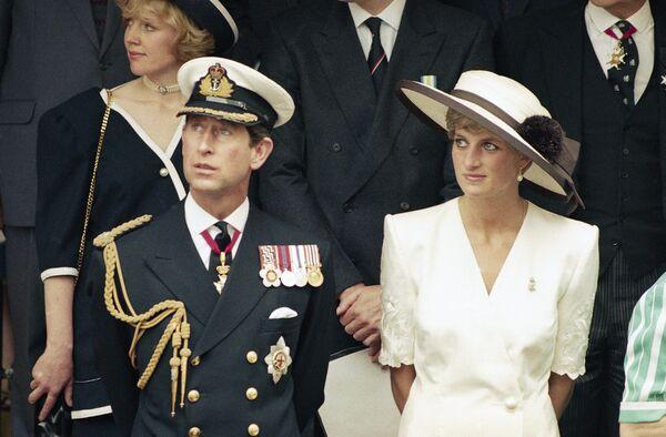 Чарльз, несмотря на протесты жены, продолжал свои отношения с Камиллой и даже не пытался их скрыть. Принцессе с каждым годом становилось все труднее сохранять спокойствие на публичных церемониях, возрастала ее конфронтация с королевой, которая всегда была на стороне сына - Sputnik Грузия