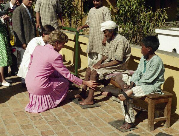 При жизни Диана была покровительницей более ста благотворительных организаций, помогала фондам по борьбе со СПИДом, принимала участие в кампании по запрету использования противопехотных мин, объездила всю Африку, старалась помочь каждому нуждающемуся лично - Sputnik Грузия