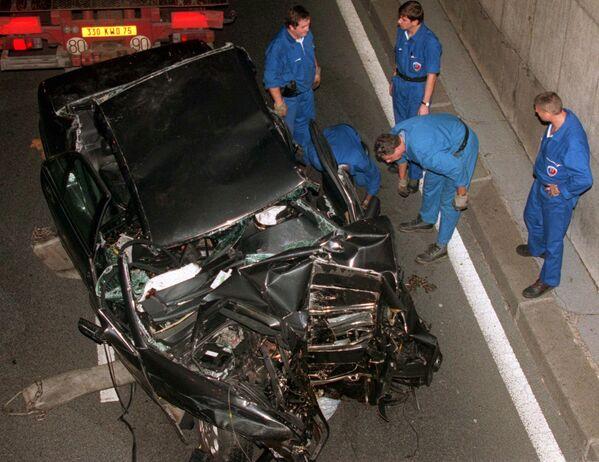 31 августа 1997 года в Париже автомобиль, в котором леди Диана и Доди аль-Файед, по одной из версий, пытались уйти от преследования папарацци, на огромной скорости въехал в тоннель перед мостом Альма на набережной Сены и врезался в опору - Sputnik Грузия