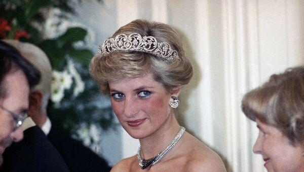 «Принцесса Диана» - титул неофициальный. Так жену принца Чарльза окрестили журналисты, а вслед за ними - и весь народ. Если следовать точной формулировке, то следовало бы говорить «Диана, принцесса Уэльская», а еще точнее – «Диана, принцесса Чарльз Уэльская» - Sputnik Грузия