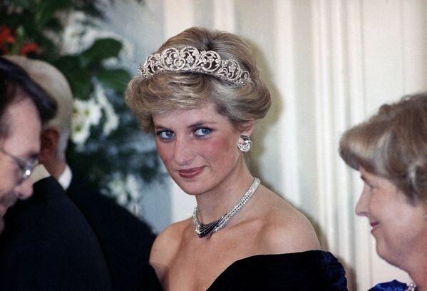 Принцесса Диана - титул неофициальный. Так жену принца Чарльза окрестили журналисты, а вслед за ними - и весь народ. Если следовать точной формулировке, то следовало бы говорить Диана, принцесса Уэльская, а еще точнее – Диана, принцесса Чарльз Уэльская - Sputnik Грузия