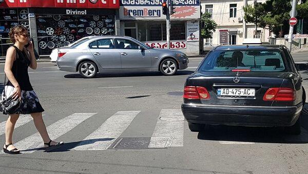 Нарушение правил - стоянка на зебре на красный свет светофора - Sputnik Грузия
