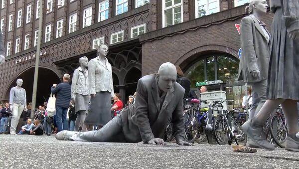 Глиняные зомби на акции протеста перед G20 в Гамбурге - Sputnik Грузия