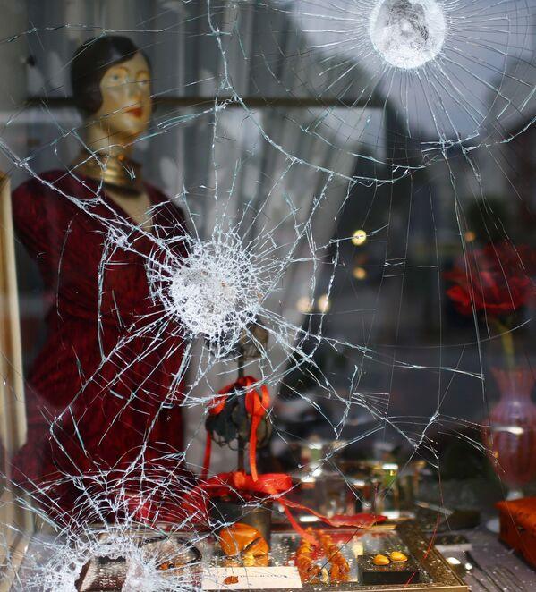Разбитая витрина в одном из магазинов на улице, где проходила акция протеста против саммита G20 в Гамбурге - Sputnik Грузия