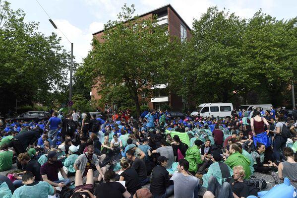 На фото - протестующие блокируют одну из улиц в Гамбурге во время проведения саммита G20 - Sputnik Грузия