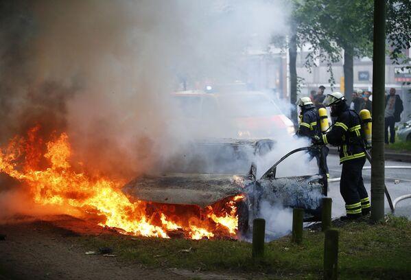 Пожарные тушат горящие машины на одной из улиц Гамбурга, где проходила одна из акций протеста против саммита G20 - Sputnik Грузия