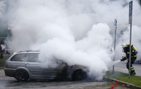Десятки автомобилей сгорели во время акций протеста против саммита G20 в Гамбурге - Sputnik Грузия