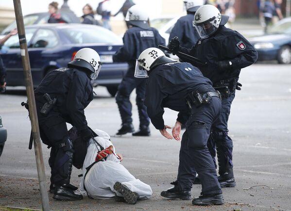 Полицейские задерживают одного из демонстрантов, принимавшего активное участие в протестах против саммита G20 - Sputnik Грузия