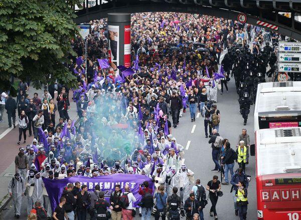 Тысячи протестующих против G20 в Гамбурге, выстроившись в колонну, пытаются прорваться в зону безопасности и сорвать саммит - Sputnik Грузия