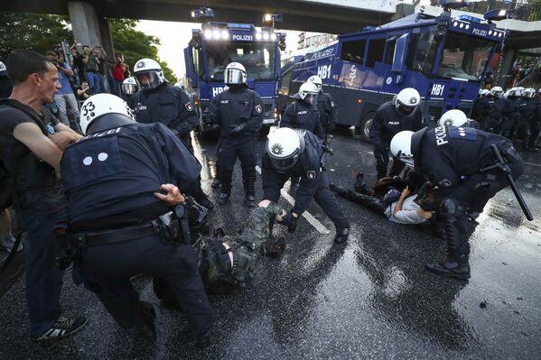 Сотрудники полиции Гамбурга задерживают участников акций протеста против саммита G20 - Sputnik Грузия