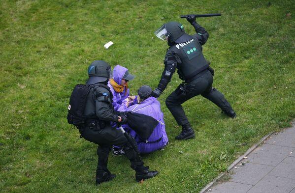 Полиция Гамбурга разгоняет участников акции протеста против саммита G20, которые пытались прорваться в зону безопасности - Sputnik Грузия