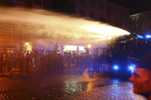 Полиция Германии разгоняет протестующих во время выступлений против саммита G20 в Гамбурге - Sputnik Грузия