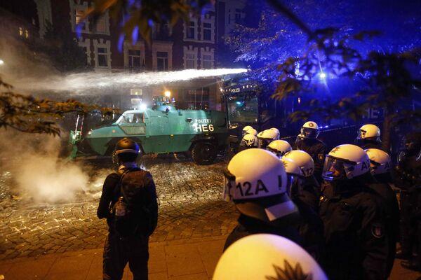 Полиция Гамбурга применила водометы против демонстрантов, протестующих против саммита G20 - Sputnik Грузия