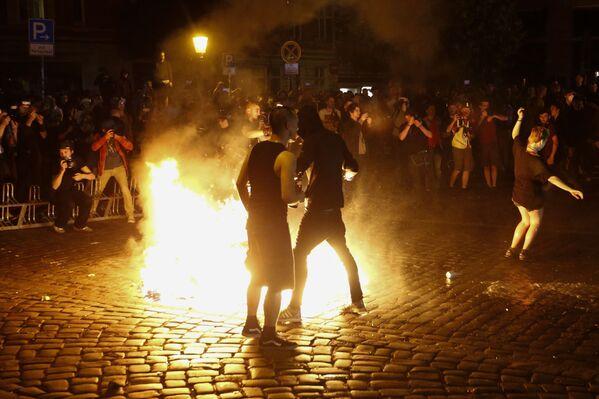 Протестующие против саммита G20 в Гамбурге у горящих баррикад на одной из улиц города - Sputnik Грузия