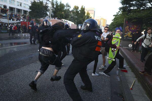 Полиция Германии не дает протестующим против G20 прорваться в зону безопасности, чтобы сорвать саммит - Sputnik Грузия