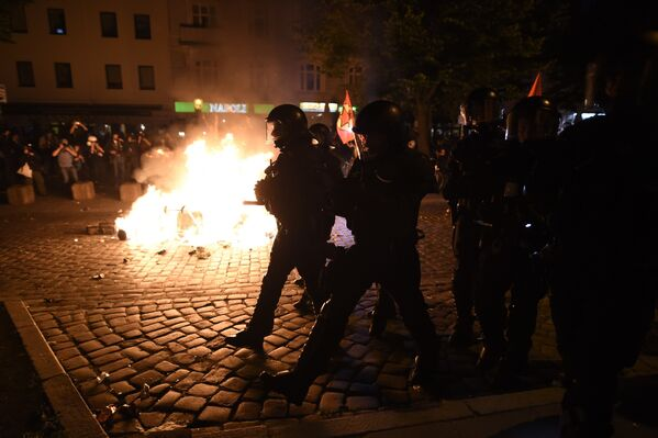 После того, как демонстранты подожгли баррикады, полиция перешла к активным действиям по разгону акции - Sputnik Грузия