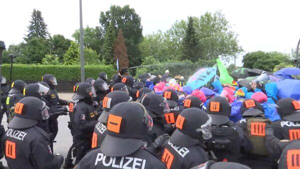 Газ и дубинки против демонстрантов: как разгоняли акции в Гамбурге - Sputnik Грузия