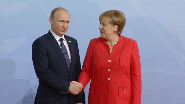 Как лидеры России и Германии приветствовали друг друга на саммите G20 - Sputnik Грузия
