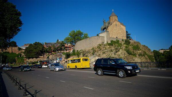 Вид на памятник Вахтангу Горгасали и Метехскую церковь в Тбилиси - Sputnik Грузия