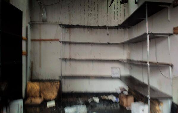 В результате пожара десятки торговых точек на рынке были уничтожены огнем - Sputnik Грузия