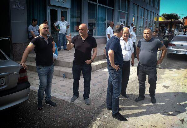 Представители краевой администрации у вещевого рынка Поти, где был пожар, обсуждают создавшуюся ситуацию - Sputnik Грузия