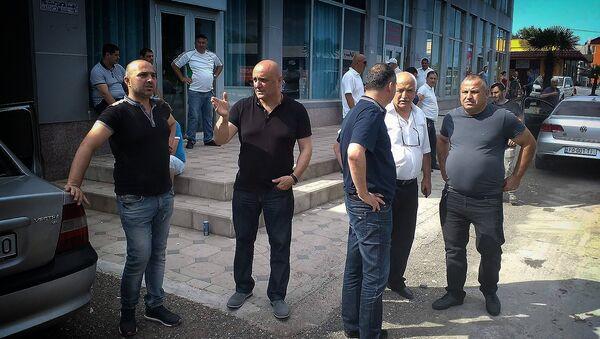 Представители краевой администрации у вещевого рынка Поти, где был пожар - Sputnik Грузия