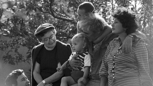 Писатель Нодар Думбадзе в кругу семьи - Sputnik Грузия