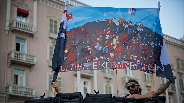 """Один из плакатов на акции протеста против нелегальных мигрантов """"Марш грузин - Sputnik Грузия"""