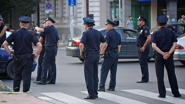 Сотрудники полиции на улице в столице Грузии - Sputnik Грузия