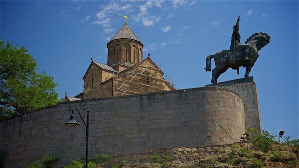 Тбилиси - Метехская церковь и памятник Вахтангу Горгасали - Sputnik Грузия