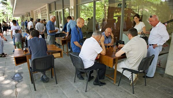 Любители за шахматными досками у тбилисского Дворца шахмат - Sputnik Грузия