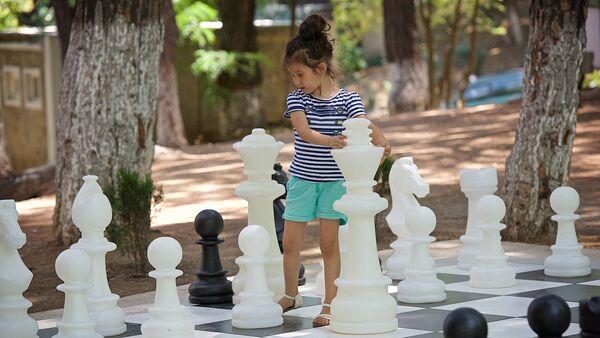 Девочка играет большими шахматными фигурами в парке у тбилисского Дворца шахмат - Sputnik Грузия