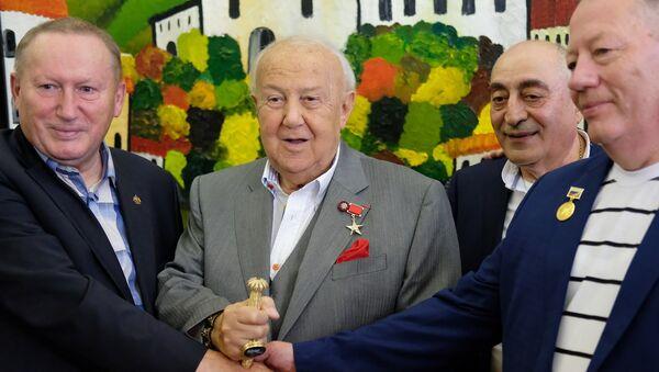 Зураб Церетели на открытии выставки Радуга видения грузинского художника Важи Окиташвили - Sputnik Грузия