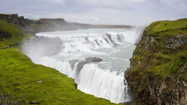 Посетители у водопада Гюдльфосс в Исландии - Sputnik Грузия