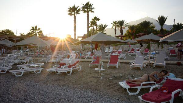 Пляж одного из отелей в Анталье в Турции - Sputnik Грузия