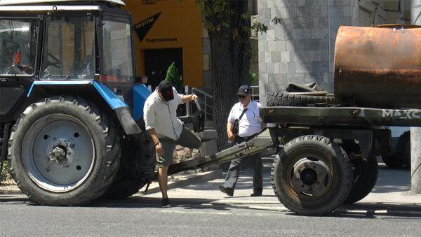 Оставил трактор на зебре в центре Бишкека и ушел на обед — гений парковки - Sputnik Грузия