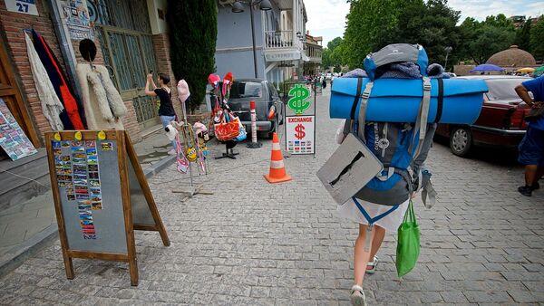 Турист с рюкзаком идет по району Абанотубани в историческом центре Тбилиси - Sputnik Грузия