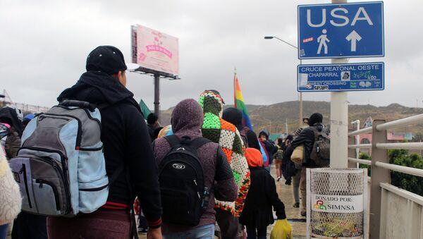 Мигранты, ищущие убежища в Соединенных Штатах, отправляются на границу между США и Мексикой на перевале Эль Чапаррал в Тихуане, Мексика - Sputnik Грузия