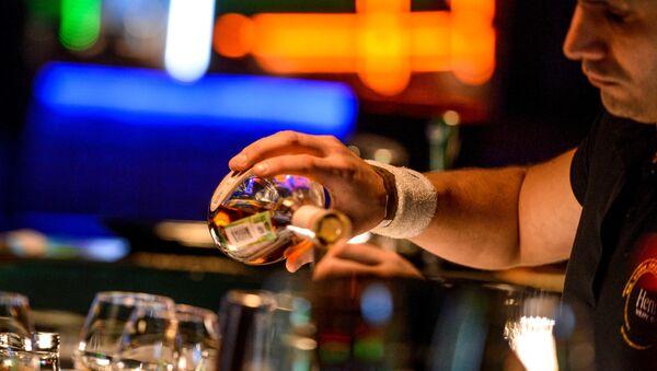 Бармен разливает напитки - Sputnik Грузия